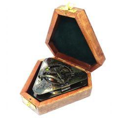Trójkątny zegar słoneczny z kompasem w pudełku drewnianym N2905